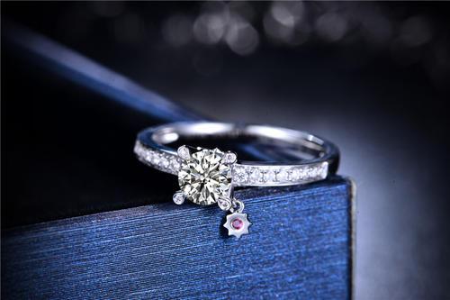 求婚时买一对戒指还是一个戒指